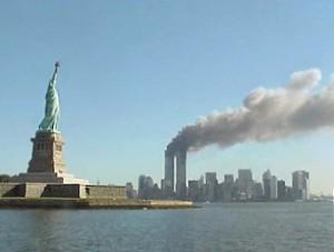 del World Trade Center Torri Gemelle bruciando il 9/11. (Photo credit: National Park Service)
