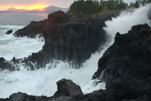 Waves crashing against Jungmun Daepo Jusang Jeollidae, the columnar joints in Jungmun, Jeju-do, South Korea. (Photo credit: Yoo Chung)