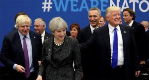 Donald Trump en Theresa May tijdens een NAVO-top in Brussel.