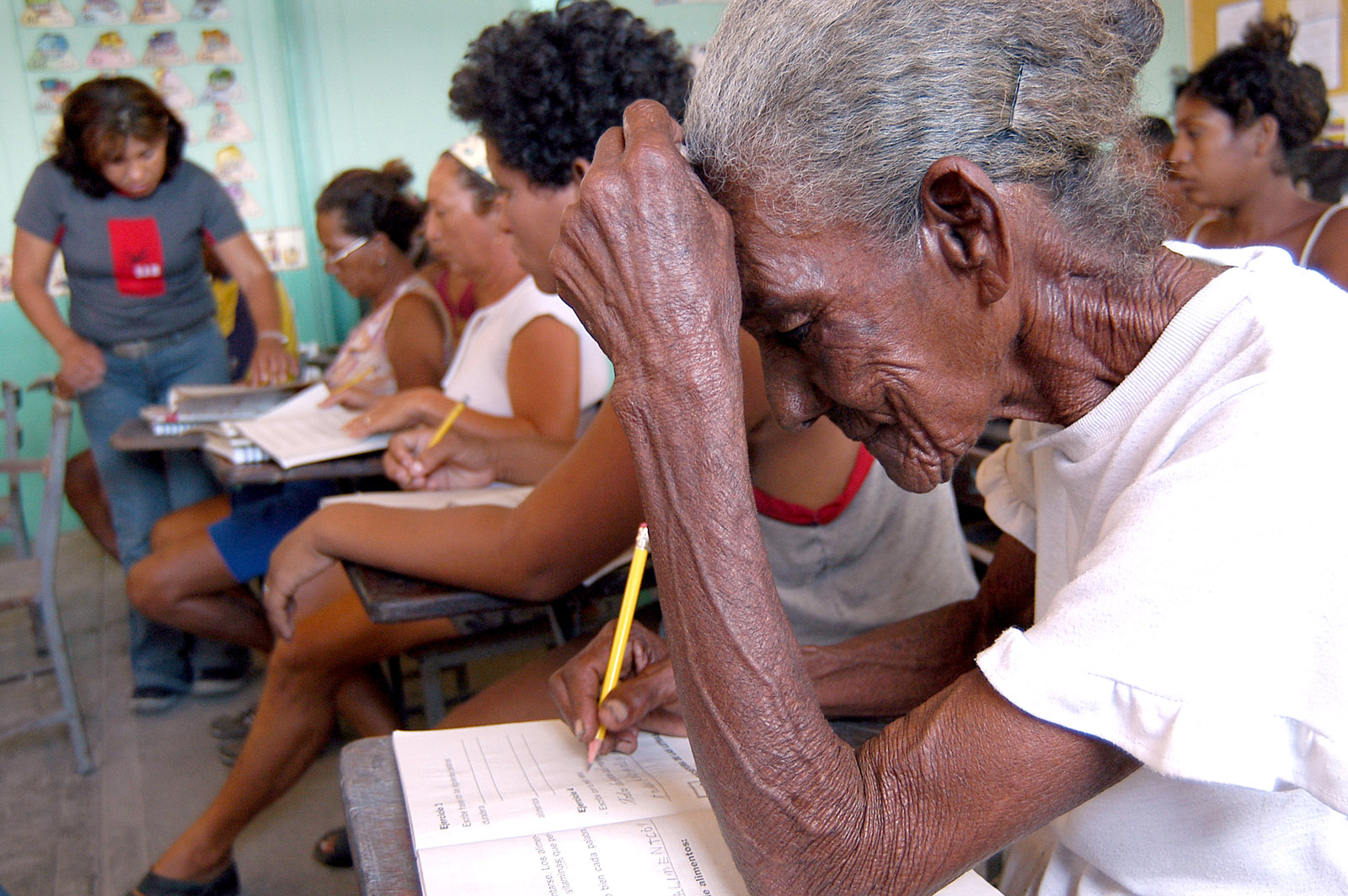 Carmen Vásquez, 85, learning to read and write at the Misión Robinson, Isla Borracha, Anzoátegui, Venezuela. March 2004. (Franklin Reyes/J.Rebelde via Wikimedia)