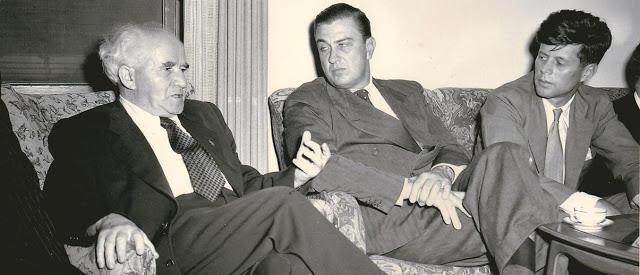 Prime Minister David Ben-Gurion, Franklin Delano Roosevelt, Jr., and Senator John Kennedy at Ben-Gurion's Jerusalem home, October 1951. (Geopolitiek in perspectief)