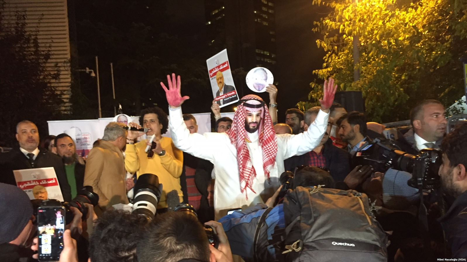 Istanbul protesters outside Consulate General of Saudi Arabia following the murder of Khashoggi. (Hilmi Hacaloglu, VOA via Wikimedia Commons)