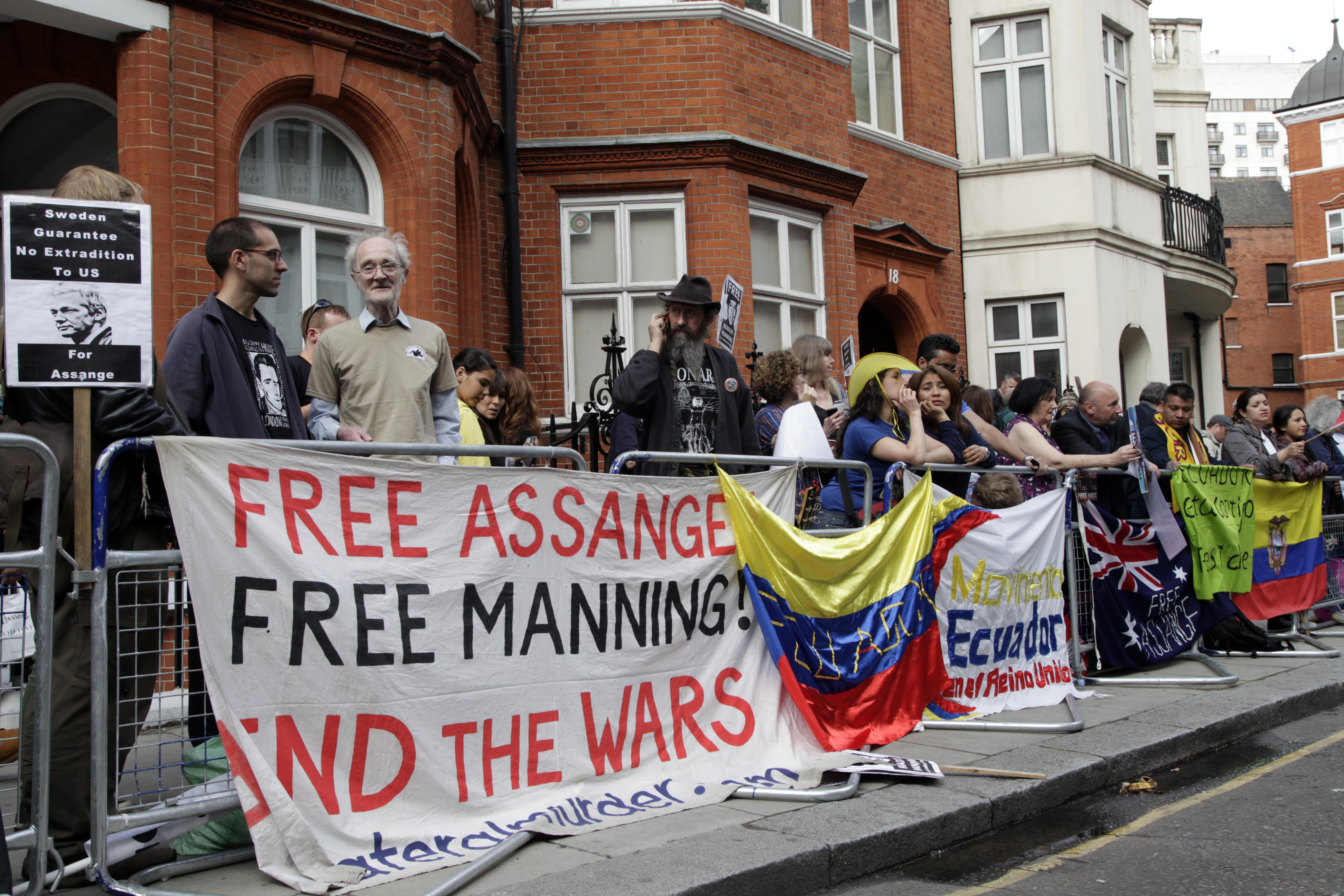 Assange supporters outside embassy, June 16, 2013, London. (Wikimedia Commons)